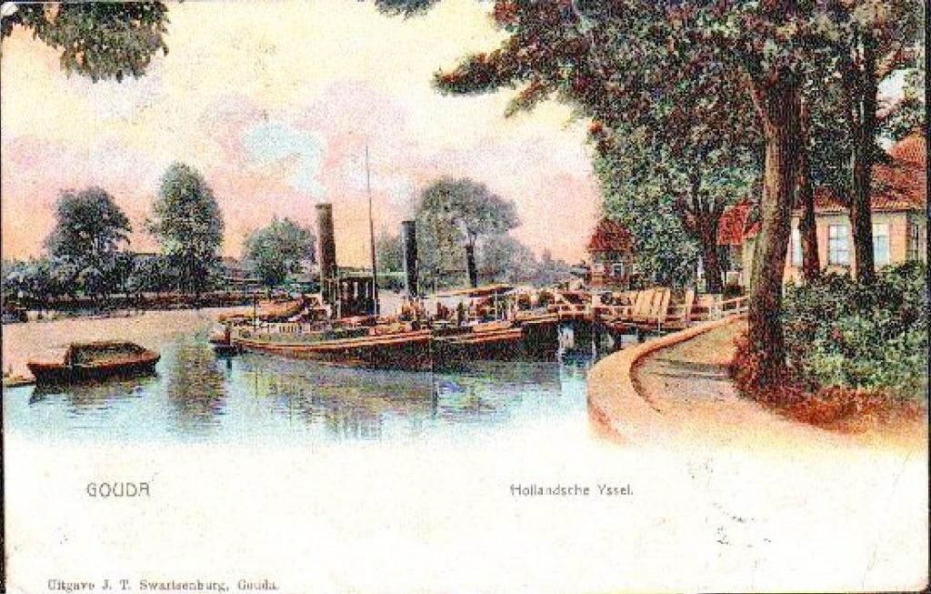 Foto uit 1906 met de nog altijd aanwezige ronde muur van de Mallegatsluis gezien vanaf de oostkant van de sluis en aantalsleepboten aan wat later mogelijk de Olevaerskade gaat heten.