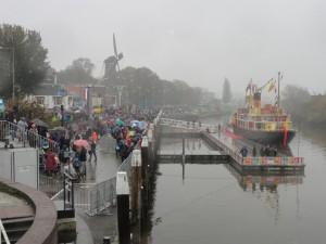 Aan het einde van de IJsselkade bij de Mallegatsluis was voor het publiek een handige trap aangelegd die voor een riante verbinding zorgde met de Bogen.